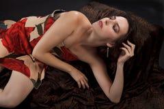 La bella giovane donna si adagia in vestito senza bretelle fotografie stock libere da diritti