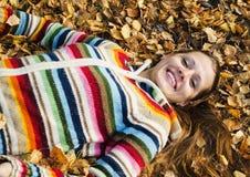 La bella giovane donna sulla passeggiata in autunno Fotografia Stock