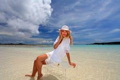 La bella giovane donna sulla spiaggia gode della luce solare Fotografia Stock Libera da Diritti