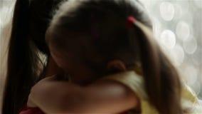 La bella giovane madre con sua figlia sta stringendo a sé Stanno avendo molto divertimento insieme Giorno di madri, famiglia, amo stock footage