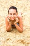 La bella giovane ragazza dell'adolescente gode della spiaggia del mare dell'estate fotografia stock