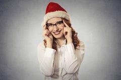 La bella giovane ragazza di natale del ritratto con i vetri che indossano il Babbo Natale copre Fotografie Stock Libere da Diritti