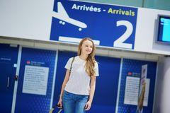 La bella giovane ragazza turistica con lo zaino e continua i bagagli in aeroporto internazionale Fotografie Stock Libere da Diritti