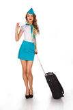 La bella hostess tiene il bagaglio e una carta Fotografie Stock Libere da Diritti
