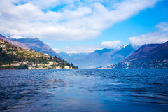 La bella Italia - cielo blu, montagne e lago Como Immagine Stock Libera da Diritti