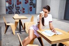 La bella lana sexy di stile di modo di usura di donna tricotta la cima Fotografia Stock Libera da Diritti