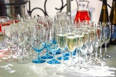 La bella linea di fila di vetri differenti riempiti di champagne è pronto allineato ad essere servito su una festa di Natale, mar Immagine Stock