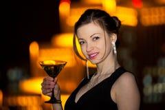 La bella notte della giovane donna ha spleso la città Fotografie Stock Libere da Diritti