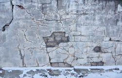 La bella parete sporca dello stucco da qualche parte ha cad da da un pozzo di chipp Immagini Stock