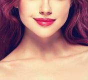 La bella parte della donna del mento delle labbra del naso del fronte e le spalle si chiudono sullo studio del ritratto su bianco Fotografie Stock
