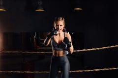 La bella ragazza è allenamento nella palestra del sottotetto, fondo delle corde dell'anello competitivo Fotografia Stock