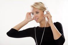La bella ragazza è ascolta la musica Immagini Stock Libere da Diritti