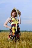 La bella ragazza è nel campo di frumento Fotografia Stock Libera da Diritti