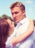 La bella ragazza abbraccia il tipo Fotografie Stock