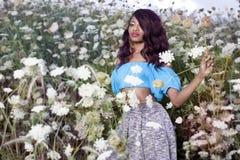 La bella ragazza afroamericana gode del giorno di estate Fotografie Stock Libere da Diritti