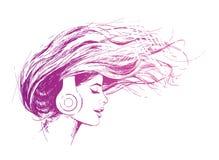 La bella ragazza ascolta musica sulle cuffie, il vento sviluppa i suoi capelli Fotografie Stock Libere da Diritti