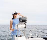 La bella, ragazza attraente pilota un mar Mediterraneo della barca Fotografia Stock Libera da Diritti