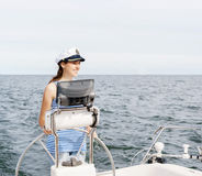 La bella, ragazza attraente pilota un mar Mediterraneo della barca Fotografie Stock