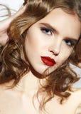 La bella ragazza bionda sexy con compone le labbra rosse Immagine Stock