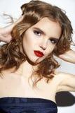 La bella ragazza bionda sexy con compone le labbra rosse Immagini Stock
