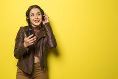 La bella ragazza brasiliana che gode della musica con la testa telefona dentro Fotografia Stock Libera da Diritti