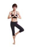 La bella ragazza in buona salute asiatica fa la posa di yoga Immagine Stock