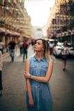 La bella ragazza cammina nella città immagine stock libera da diritti