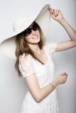La bella ragazza in cappello a tesa larga che posa ed esprime le emozioni differenti emicrania, tristezza, affaticamento Fotografia Stock Libera da Diritti