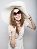 La bella ragazza in cappello a tesa larga che posa ed esprime le emozioni differenti emicrania, tristezza, affaticamento Immagini Stock