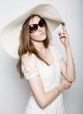 La bella ragazza in cappello a tesa larga che posa ed esprime le emozioni differenti emicrania, tristezza, affaticamento Fotografie Stock