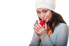 La bella ragazza castana sta godendo della bevanda calda immagini stock
