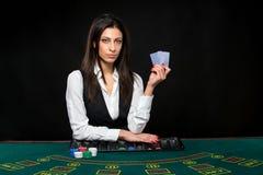 La bella ragazza, commerciante, dietro una tavola per la mazza Immagine Stock