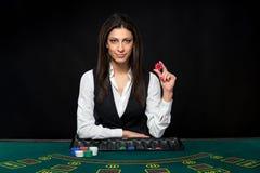 La bella ragazza, commerciante, dietro una tavola per la mazza Fotografia Stock