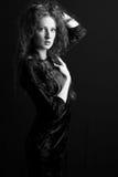 La bella ragazza con capelli ricci ed il vestito nero Immagine Stock Libera da Diritti