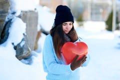 La bella ragazza con cuore ha modellato il pallone in mani, il giorno di biglietti di S. Valentino fotografie stock libere da diritti