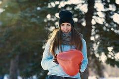 La bella ragazza con cuore ha modellato il pallone in mani, il giorno di biglietti di S. Valentino immagine stock