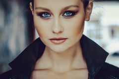 La bella ragazza con gli occhi azzurri si chiude su Fotografie Stock