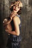 La bella ragazza con i capelli di scarsità scuri indossa i retro vestiti Fotografie Stock Libere da Diritti
