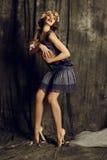 La bella ragazza con i capelli di scarsità scuri indossa i retro vestiti Immagini Stock Libere da Diritti