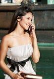 La bella ragazza con il telefono mobile Immagini Stock Libere da Diritti