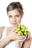 La bella ragazza con l'uva verde Fotografie Stock