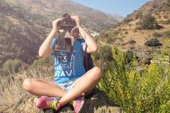 La bella ragazza con la macchina fotografica Immagini Stock Libere da Diritti