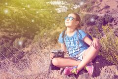 La bella ragazza con la macchina fotografica Fotografia Stock Libera da Diritti