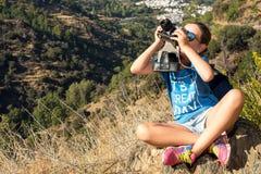 La bella ragazza con la macchina fotografica Fotografia Stock