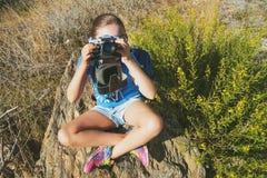 La bella ragazza con la macchina fotografica Immagine Stock Libera da Diritti