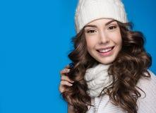 La bella ragazza con trucco delicato, il manicure di progettazione ed il sorriso nel bianco tricottano il cappello Immagine calda Immagine Stock Libera da Diritti