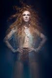 La bella ragazza dai capelli rossi alla moda in vestito trasparente, immagine della sirena con l'acconciatura creativa arriccia S fotografie stock libere da diritti
