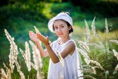 La bella ragazza del bambino con capelli biondi lunghi viaggia nel campo giallo variopinto Immagine Stock Libera da Diritti