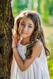 La bella ragazza del bambino con capelli biondi lunghi viaggia nel campo giallo variopinto Fotografia Stock Libera da Diritti