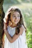 La bella ragazza del bambino con capelli biondi lunghi viaggia nel campo giallo variopinto Immagine Stock